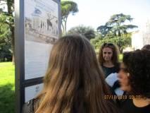La prof. Sabrina Pantani con gli alunni che leggono il pannello illustrativo VILLA SPADA