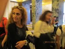 La prof. Sabrina Pantani nella cripta del Mausoleo: un'alunna ha appena letto Marta Della Vedova