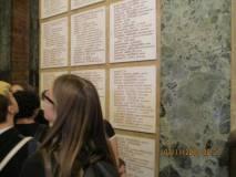 Al Mausoleo, all'interno della cripta, si leggono i nomi dei CADUTI