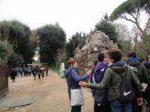 La prof.ssa Cristina Ganassi davanti a Villa Pamphili organizza la classe III F