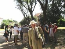 Sul viale dei combattimenti Enrico Luciani, oggi col cappello, mostrerà l'immagine di Mameli in appoggio alle spiegazioni di Roberto Calabria
