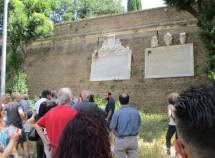 Si arriva alle lapidi affiancate: Roberto Calabria ne spiega il significato