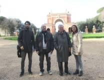 Il gruppo davanti all'Arco dei Quattro Venti, costruito sui ruderi di Villa Corsini