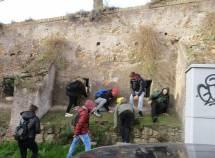 Il gruppo alla salita dell'ottavo bastione: i ragazzi si divertono