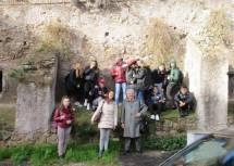 La classe chiede una foto ricordo sulle Mura gianicolensi con la prof. Matilde Sarti ed Enrico Luciani
