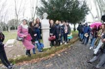 La prof.ssa Valentina Marani con le sue alunne davanti al busto di Colomba Antonietti (nome della scuola purtroppo superato)