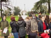 Le ragazze e i ragazzi del Liceo Manara davanti al suo busto