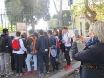 Sofia e Sara leggono il pannello Villa Spada : l'estrema difesa dei Bersaglieri lombardi e la morte di Luciano Manara