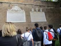Arriviamo a Villa Sciarra: dopo la scoperta delle brecce dei francesi vengono lette e commentate le LAPIDI AFFIANCATE