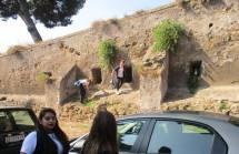 Due ragazze vanno a vedere la vista di Monteverde dall'ottavo bastione