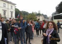 Arrivano in pullman a Villa Pamphilj le classi III D e L dell'IC G. Montezemolo-Tre Fontane: in primo piano la prof.ssa Flavia Feola