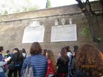 Dopo la visita ai luoghi dei combattimenti del 3.6.1849 subito a Villa Sciarra: le lapidi affiancate