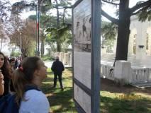 Al Mausoleo Sofia legge il panello che spiega il Mausoleo Ossario