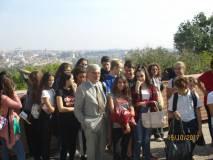 Al Fontanone Enrico Luciani è ripreso insieme ai ragazzi e alle ragazze contenti e festosi