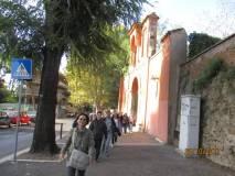 L'arrivo della III B alla Basilica San Pancrazio: arrivano a piedi per evitare attese del bus, in testa la prof. Iaquinta