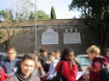 Le lapidi affiancate leggibili : un plauso alla Sovrintendenza di Roma Capitale
