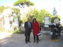 Enrico Luciani con Daniela Donghia a Largo 3 giugno, attendono la III E: il traffico non consente di arrivare in tempo e l'appuntamento è spostato al Museo