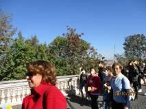Daniela Donghia e la prof.ssa Sandra Corsini si dirigono verso il Parco Gianicolense, in tempo per lo sparo di mezzogiorno