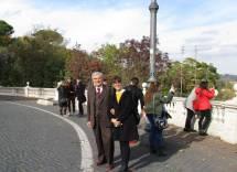 Enrico Luciani con la prof.ssa Francesca Giglio davanti al Fontanone indicano la strada verso il Parco del Gianicolo
