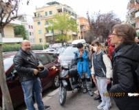 """Lungo Via del Vascello la prof.ssa Paola Presentini parla del Casale Giacometti con il proprietario Antonello Soccorsi, proprietario dell'attuale ristorante """"Scarpone"""""""