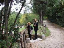 """Le prof.sse Luciana Palomba e Rossana Agostino salutano Enrico Luciani che sta svolgendo un sopralluogo nella zona """"vietata"""" del settimo bastione, occupata dal servizio Giardini"""