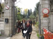 L'uscita dal cancello di Villa Sciarra: Mariapaola e Cristina Angeleri guidano il gruppo