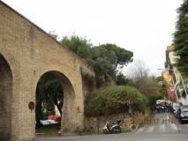 Dopo il passaggio davanti agli archi si sale verso l'ottavo bastione