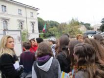 Daniela Donghia al pannello del 3 giugno 1849 spiega la battaglia: in primo piano sulla sinistra la prof. Rossana Agostino