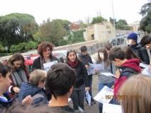 La guida Mariapaola Pietracci Mirabelli con la prof.ssa Cristina Angeleri ed Elisabetta Cristiano spiegano l' immagine dei luoghi ai ragazzi e ragazze, assai attenti