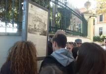 I ragazzi della III D al cartello di Villa Spada