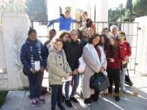 Foto di gruppo per la terza E dell' IC Calderini al Mausoleo Ossario, insieme a Enrico Luciani: in primo piano il giovane Sergio Garibaldi e la prof.ssa Sara Protopapa