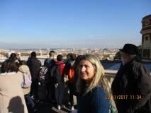 La prof.ssa Loredana Antonelli davanti al Fontanone. Alle spalle il panorama di Roma.