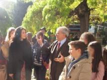 Enrico Luciani in visita ai Busti del Parco blandisce una bella birmana – indossatrice in posa con il suo agente trasteverino- che vuole salutare i ragazzi e mettersi in posa con loro