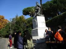 Sulla via di ritorno si passa sotto il monumento di Ciceruacchio
