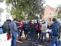 Mariapaola Pietracci Mirabelli spiega i luoghi davanti alla prof.ssa Daniela Bravi e alla di lei classe