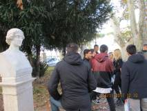 Gli alunni del Ist. Sup. Papareschi plesso Via delle Vigne davanti al Busto di Colomba Antonietti… ma la scuola non si può riappropriare del nome di Colomba?