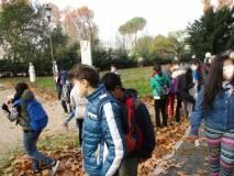 I ragazzi in giro per il Parco vicino alla stele dell'Università di Padova