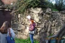 La prof.ssa Lucia D'Amore scopre subito la palla di cannone nascosta tra la roccia