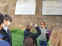 Sulle mura di Villa Sciarra si spiegano le lapidi affiancate: quella del 1871 per Roma Capitale vicino a quella papalina, non distrutta