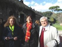 Contenta la prof.ssa Isabella Pagliei in foto con Noemi Grimaldi ed Enrico Luciani