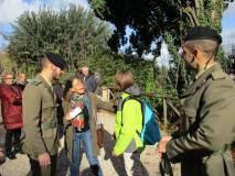 Una ragazza, leggermente impaurita dallo sparo, è assistita benevolmente dalla prof.ssa Troyli e da due militari che poi fanno con lei una foto ricordo
