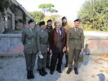 Enrico Luciani tra i militari spiega i suoi trascorsi militari a Bracciano come capo pezzo di Artiglieria