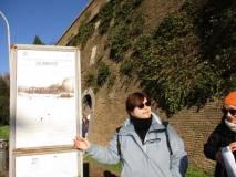 La prof.ssa Annarita Nucci mostra le brecce dei francesi