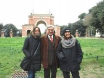 Subito all'aiuola davanti all'Arco dei Quattro Venti: da sinistra Sheila Cherubini , Enrico Luciani e la prof.ssa Giovanna Sartoris