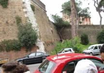 Sotto l'ottavo bastione si spiegano le mura gianicolensi volute da Papa Urbano VIII