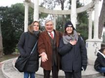 Al tempietto, malgrado la magia avversa, riesce la foto di Enrico Luciani con Sheila Cherubini e la prof. Giovanna Sartoris