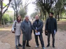 Sul viale dei combattimenti, da sinistra, la professoressa Matilde Sarti , Enrico Luciani, Alessandro Granata, Claudio Mancini