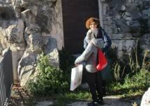 La prof.ssa Luciana Capozza a Largo 3 giugno 1849 scopre subito le palle di cannone nella roccia