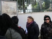 I ragazzi a Villa Spada rileggono la difesa dei bersaglieri lombardi e la morte di Manara: Antonella Prudenzi e Paola Lomuscio ascoltano attentamente