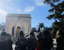 Il gruppo arriva al Mausoleo: anche se è giovedì purtroppo è chiuso, a causa dei lavori in corso